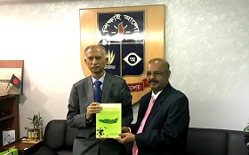 Dr. Muhammed Majeed presents BioPerine® book to Dr. AAMS Arefin Siddique, Vice Chancellor of Dhaka University